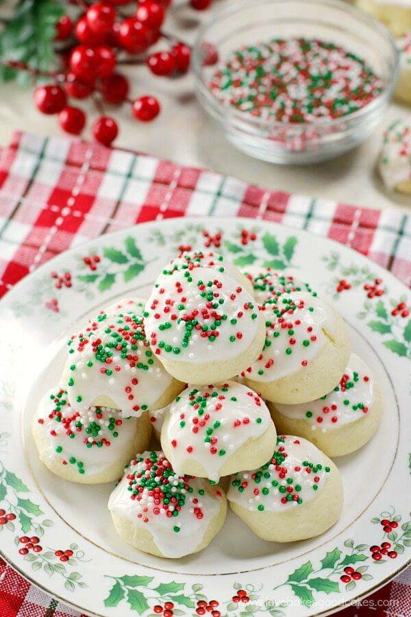 Italian Anise Cookies!! These cookies NEED to be on your holiday cookie tray! Not a fan of anise? Use your favorite extract for a new flavor!