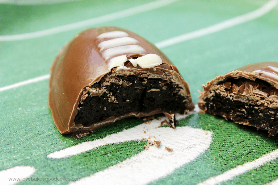 Score a touchdown on game day with this fun and delicious OREO Cookie Balls Game Day Cupcakes recipe! Recipe includes football-shaped OREO Cookie Balls atop a turf inspired cupcake. #OREOCookieBalls #ad